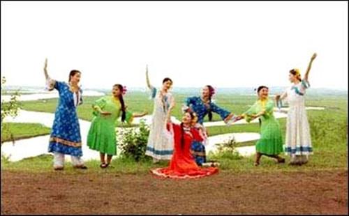 扎兰屯市达斡尔族风俗 达斡尔民族乡位于扎兰屯市东部21公里,始建于1932年,原名齐齐哈尔乡,因大多数群众由齐齐哈尔市附近的嫩江流域迁来而得名。1956年9月15日建立达斡尔民族乡。 达斡尔民族乡所在地地势平坦,牧草资源丰富,具有发展畜牧业得天独厚的自然优势。调整产业结构、落实农村各项经济政策之后,达斡尔民族乡的畜牧业,尤其是奶牛饲养业取得了突破性进展,成为远近驰名的奶牛乡,以奶牛饲养业为龙头的畜牧业的崛起,使这个乡迅速步入致富之路。 达斡尔民族乡交通便利,资源丰富,最近发现的硅石矿为这个乡的发展提供了